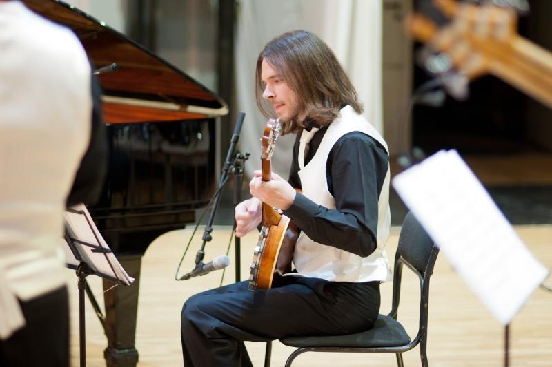 гитарист оркестра жилина фото относится отряду